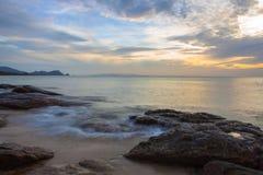 Meerwasser, das den Felsen auf dem Strand chashing ist Stockfotos