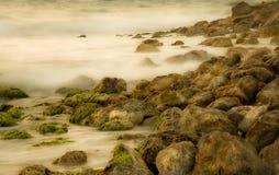 Meerwasser, das die Felsen hiiting ist Stockfoto