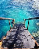 Meerwasser-Ferienfeiertagssommer summervibes Sommerzeitleben goodlife korallenrote Treppenhimmelsfarbeblaues colorsplash coloursc stockfoto