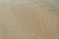 Meerwasser und Strand mit morgens beleuchten Lizenzfreies Stockbild