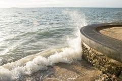 Meerwasserspritzen die Küste Lizenzfreie Stockfotografie
