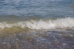 Meerwaterspiegel met Kleine Golven op Warm Sunny Bright Summer Day zonder Mensen Het Waterachtergrond van de meerkust dichtbij royalty-vrije stock afbeelding