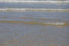 Meerwaterspiegel met Kleine Golven op Warm Sunny Bright Summer Day zonder Mensen Het Waterachtergrond van de meerkust dichtbij royalty-vrije stock foto