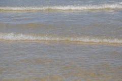 Meerwaterspiegel met Kleine Golven op Warm Sunny Bright Summer Day zonder Mensen Het Waterachtergrond van de meerkust dichtbij royalty-vrije stock foto's