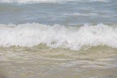 Meerwaterspiegel met Kleine Golven op Warm Sunny Bright Summer Day zonder Mensen Het Waterachtergrond van de meerkust dichtbij royalty-vrije stock fotografie