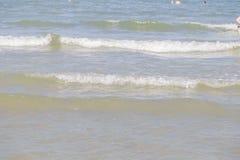 Meerwaterspiegel met Kleine Golven op Warm Sunny Bright Summer Day zonder Mensen Het Waterachtergrond van de meerkust dichtbij stock foto's