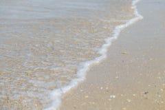 Meerwaterspiegel met Kleine Golven op Warm Sunny Bright Summer Day zonder Mensen Het Waterachtergrond van de meerkust dichtbij royalty-vrije stock afbeeldingen