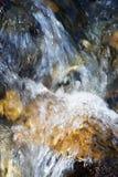 Meeslepend water over stenen Royalty-vrije Stock Afbeeldingen