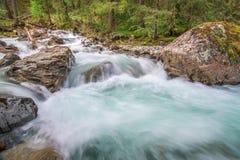 Meeslepende bergrivier Stock Foto's