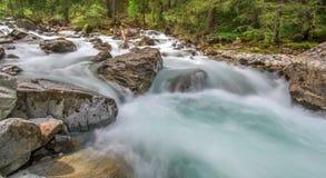 Meeslepende bergrivier Stock Afbeeldingen