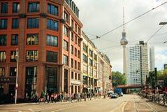 Meeslepende mensen op de straat met beroemde structuur van Televisietoren Stock Fotografie
