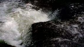 Meeslepende wateren stock footage