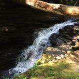 Meeslepende waterval Stock Foto