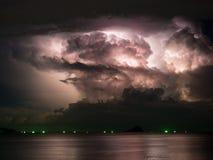 Meestal bewolkt met bliksem binnen onweer Royalty-vrije Stock Afbeelding