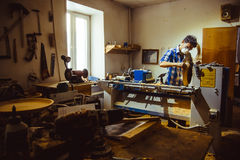 Meester in een houten workshop royalty-vrije stock afbeelding