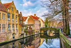 从Meestraat桥梁的看法在Groenerei运河,布鲁日,比利时 免版税库存图片