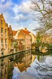 从Meestraat桥梁的看法在Groenerei运河,布鲁日,比利时 免版税库存照片