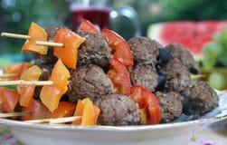 Meetballs cotti con le verdure sui bastoni di legno Immagini Stock