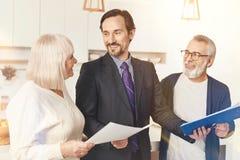 Meetig profesional positivo del agente de seguro con los pares ahed foto de archivo
