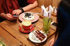Meeting friends in cafes and order confectionery cherry pie, mer Royalty Free Stock Photos