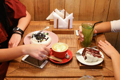Meeting friends in cafes and order confectionery cherry pie, mer Stock Image