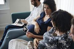 Meetup enceinte de comité de soutien dans une maison images stock
