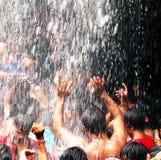 Mega- Bad unter Wasserfall Lizenzfreie Stockfotos
