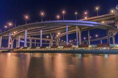 Mega brug en de rivier Stock Foto's