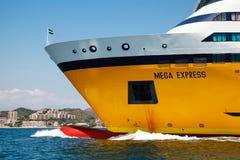 Mega exprese el transbordador, buque de pasajeros amarillo imagen de archivo