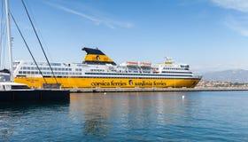 Mega exprese el transbordador, buque de pasajeros amarillo grande fotografía de archivo libre de regalías
