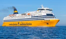 Mega exprese el transbordador, buque de pasajeros amarillo grande imagenes de archivo