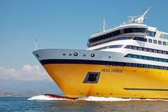 Mega exprese el transbordador, buque de pasajeros amarillo grande imagen de archivo