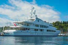 Mega jacht przy dokiem zdjęcie royalty free