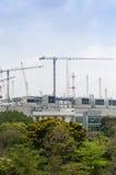 Mega konstruktionsplats och mega kranar Arkivfoton