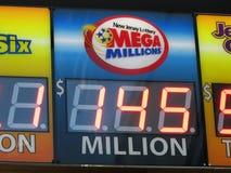 Mega Millions loterii znak z 145 Milion dźwigarka garnkiem w NJ 2016, usa Ð ' Fotografia Royalty Free