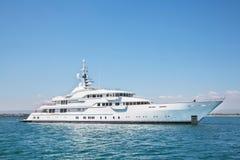 Mega motorowy jacht na błękitnym oceanie Fotografia Stock