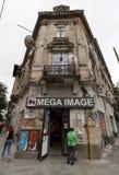 Mega wizerunku sklep w prawdziwym biednym budynku - Bucharest, Rumunia obraz royalty free