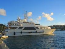 Mega yacht i den Gustavia hamnen på St Barths, franska västra Indies. Royaltyfria Bilder