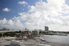 Mega- Yachten koppelten durch die 17. Straßen-Brücke im Fort Lauderdale an Stockfotografie