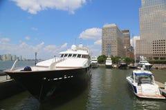 Mega yachter anslöt på den norr liten vikmarina på batteriet parkerar i Manhattan Royaltyfri Bild