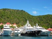 Mega yachter in   Gustavia hamn på St. Barths Royaltyfri Foto