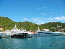 Mega yachter in   Gustavia hamn på St. Barths Royaltyfri Bild