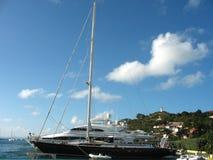 Mega yachter i den Gustavia hamnen på St Barts Arkivbilder