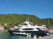 Mega yachter i den Gustavia hamnen på St Barts Royaltyfri Fotografi