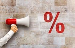 Megafon i handen som skriker på rött procentsatstecken Fotografering för Bildbyråer