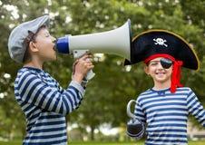 Megafono della tenuta del ragazzo e pirata davanti agli alberi fotografia stock libera da diritti