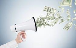 Megafono della tenuta della mano dell'uomo s, banconote in dollari Fotografia Stock Libera da Diritti