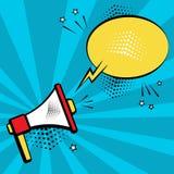 Megafoon en toespraakbel op blauwe achtergrond in pop-artstijl Vector stock illustratie