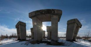 Megaliti industriali in una fabbrica abbandonata Immagini Stock
