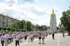 Megamarch dei ricami nel Kyiv capitale ucraino fotografia stock